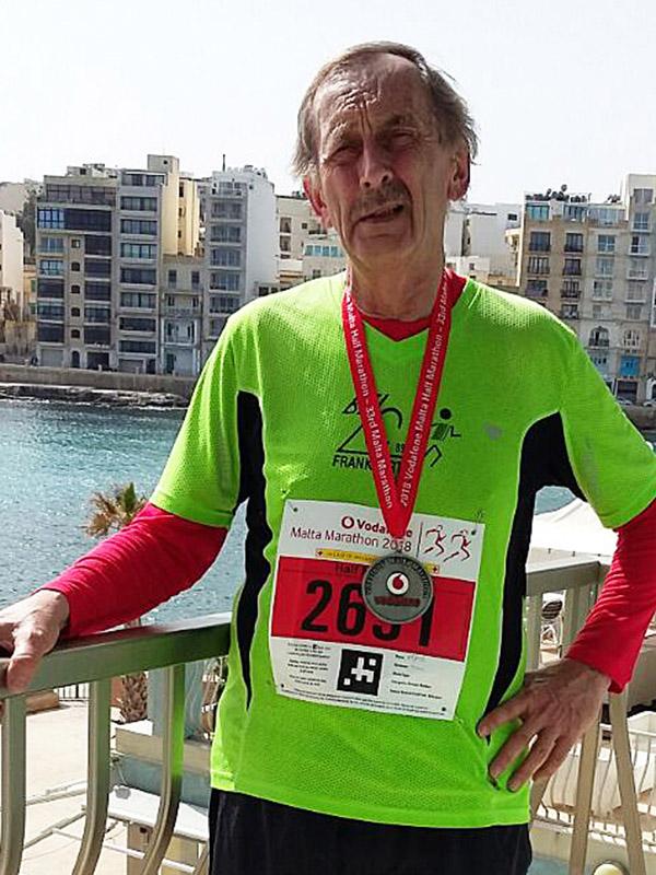 Alfred nach dem Halbmarathon auf Malta