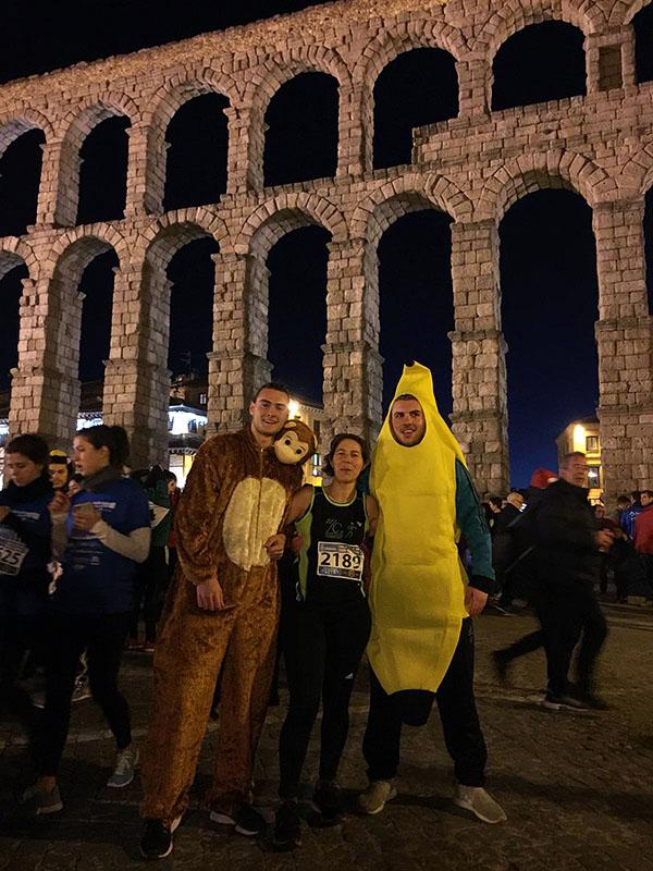 Ana vor dem berümten Aquädukt in Segovia