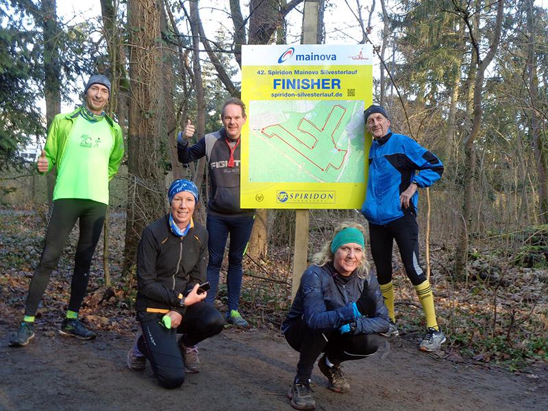 Das Belc-Team am Finisher-Schild